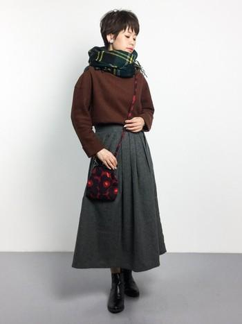 ボトルネックのカットソーに、ボリュームのあるフレアスカートを合わせた秋らしいコーデ。ショートヘアだからこそ似合う、品の良い女性らしさが感じられます。