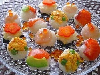 色とりどりな華やかな手まり寿司は、ガラスの器に盛り付けても素敵です。夏は特にさっぱりとしたお寿司が食べたくなる季節。涼し気に盛り付けて楽しんでみては♪