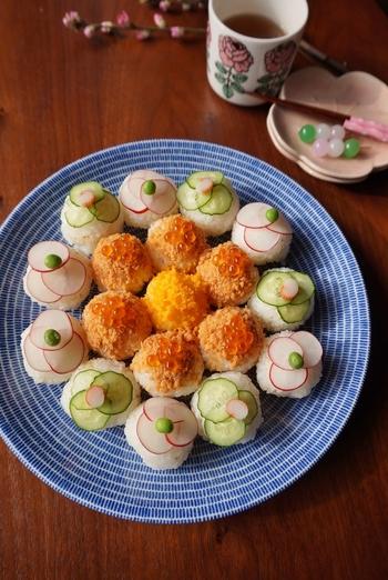 """和のお料理""""手まり寿司""""はやっぱり和の器との相性が抜群!大き目の和皿に、美しく盛り付ければ、それだけで特別感いっぱいに!みんなの笑顔が集まるパーティーシーンが思い浮かびます。"""