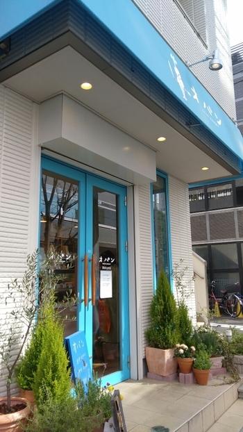 京王線笹塚駅から徒歩約3分のところに2016年4月にオープンしたばかりのお店。さわやかなブルーが目印です。