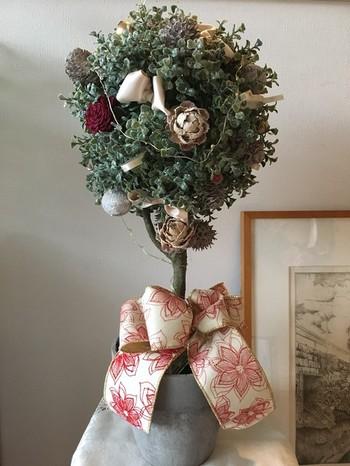 丸くて可愛いツリーは、アーティフィシャルフラワーのユーカリ。LEDライトとリボンを外せば、クリスマスシーズンが終わっても飾ることができます。