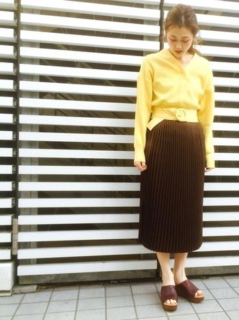 上品な丈のラインプリーツスカート。プリーツは縦長効果抜群でスタイル良くみせてくれます。一見以外な黄色とのコーデも、黄色みの強い私たちの肌色と実はとっても似合うんです。