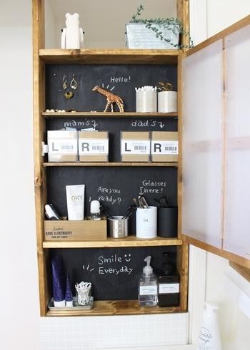 「dad's」「mam's」などの文字を書いたユニークな棚。子供部屋に応用すれば、お片づけがちゃんとできるようになるかもしれませんよ。