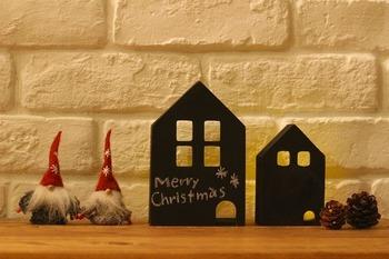 キャンドゥの木製ミニハウスBOXに黒板塗料を塗った素敵なアレンジ。チョークで「Merry Christmas」の文字が!季節やイベントごとに合わせて文字も変えられるのは嬉しいですね。