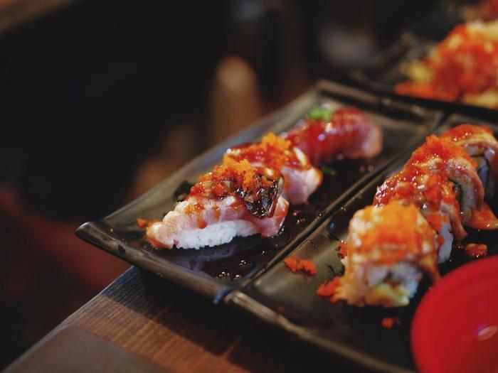 暑くなるとさっぱりしたお寿司が食べたくなりませんか?私たち日本人のソウルフード「お寿司」ですが、最近では「SUSHI]として海外でも人気ですね。カリフォルニアロールなど、日本人の発想とは違った視点のお寿司も登場して、寿司の楽しみ方も様々になってきています。