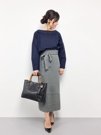 ネイビーのデザインブラウスに、ハイウエストの膝下丈スカートという淑女スタイルも◎ ジャケットやスーツでなくてもとても好感の持たれるコーディネートです。  カラーは抑えめですが、ちょっとしたデザインであかぬけた印象になりますね。
