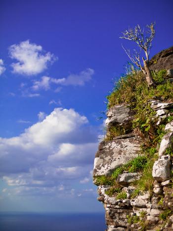 誰もが絶景と認める、琉球王朝時代に建てられた「宇江城後」です。車で310メートルの高さの頂上まで行く事が出来ます。  久米島を一望出来るのはもちろん、天気が良ければ沖縄本島も眺められるんですよ♪歴史と景色の両方を感じられる観光スポットです。