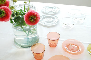 香川在住のガラス作家である黒川登紀子さんのガラス食器。柔らかい色と形が、とても優しい気持ちにさせてくれます。