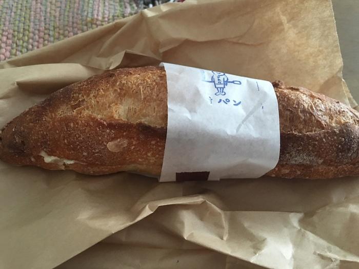 ハード系のパンが多めなこちらのお店。特に、小型のバゲットの中にミルククリームが入ったミルクフランスは買い求める人が多いよう。ほかにも明太フランスやあんフランスなども。