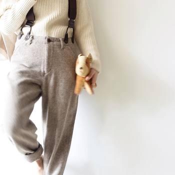 秋らしいダークカラーのファッションが増える季節。深みのある色も素敵ですが、あえて白のアイテムをコーデに取り入れてみましょう!面積が大きい白アイテムで、印象がグッと軽やかになりますよ。