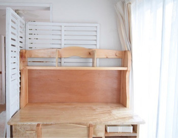 例えば、この学習机。お義父さん手作りだそうで、余計な装飾のないシンプルなつくりになっています。