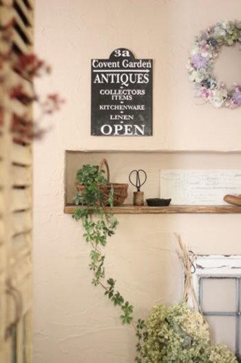 暗くなりがちな玄関も、いつでも元気なシュガーバインのフェイクで緑あふれる気持ちのいい空間に。