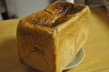 ハード系のパンが多く並んでいますが、こちらの食パンも人気の一品です。 パリっと香ばしく優しく甘い香りが広がり、中の生地はふんわりやわらかななめらかさ。 P&Bの焼き印がお洒落でうれしい目印のとっておきの食パンです。