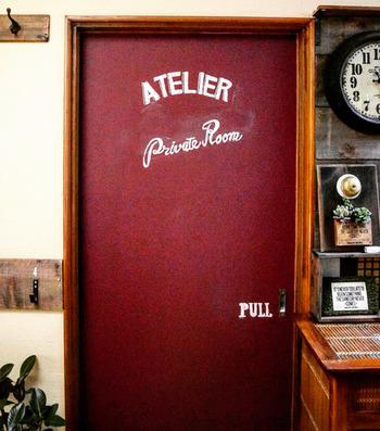 こちらはドアにチョークアート。赤の黒板塗料を使うとヴィンテージ感のあるレトロな仕上がりに。