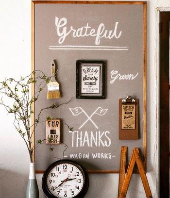 グレーの黒板はナチュラルな印象になるので、北欧好きにオススメ!チョークアートと一緒に雑貨を飾って素敵なインテリアに♪