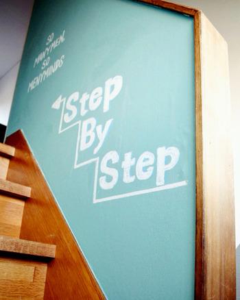 階段の壁に「step by step」のメッセージが!こういうオリジナリティ溢れたお家って素敵。