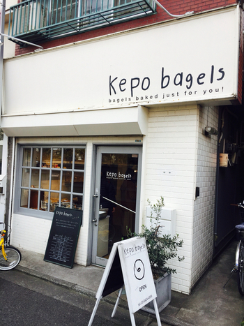 京王線の車窓からも見える線路沿いのお店。上北沢駅南口を出て新宿方面に約3分いくと見つかります。店名の通りベーグルがメインのお店です。