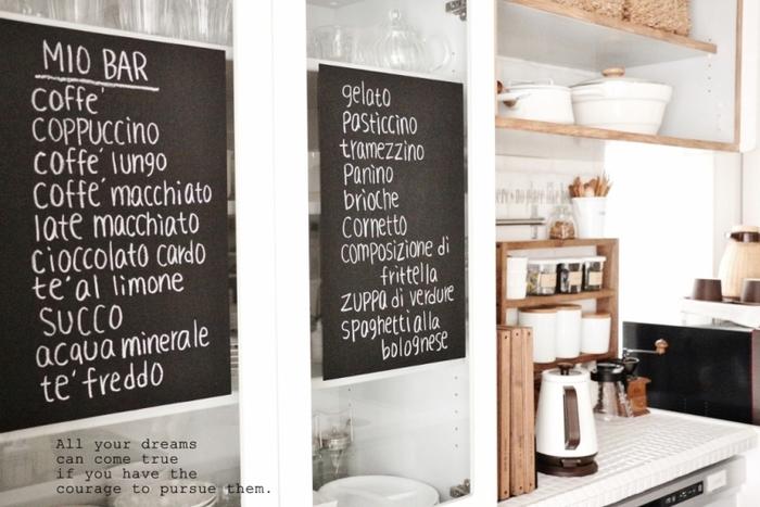食器棚に貼ってチョークでコーヒーの名前を書いて。キッチンがおしゃれになるだけでなく、食器棚の目隠しにもなってくれます。とっても素敵なアイデアですね。