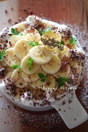 スポンジ生地も市販のものを使えば失敗知らず! まずはバナナとチョコ、生クリームたっぷりのチョコバナナスコップケーキの作り方をご紹介します。