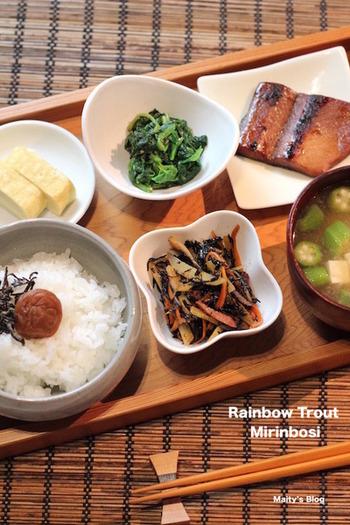 みりん干しにほうれん草のおひたし、ひじきの煮物・・・と、これぞ日本の朝ごはん!朝から何品目も食べられ、栄養バランスがいいですね。