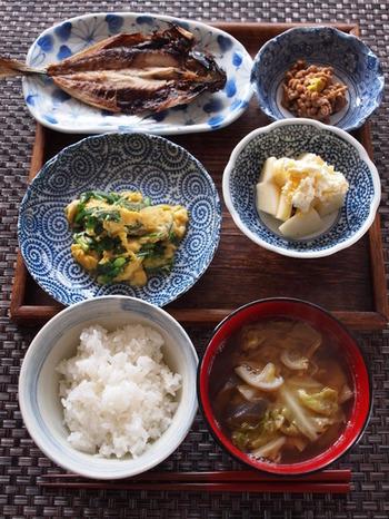 アジの開きがメインの朝ごはん。副菜も、野菜の美味しさをそのまま味わうようなシンプルさが、むしろ贅沢。飽きがこない、基本中の基本形ですね。