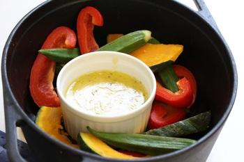 ダッチオーブンで野菜を蒸して、バーニャカウダーソースで食べるのも◎