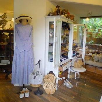 1Fではオーナー自らが海外へ買い付けに行って厳選している、自然素材の衣類や雑貨などの買い物を楽しむことも。