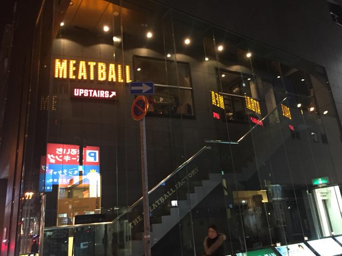 市内中心部にある地下鉄大通駅から徒歩2分という、おしゃれな街のど真ん中にあるThe Meatball Factoryは、本場ニューヨークスタイルの料理が味わえると人気です。