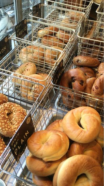 こちらのお店の特徴は、ベーグルでも「ニューヨークベーグル」と「和ベーグル」の2種類あること。 写真はニューヨークベーグル。ベーグル本場の伝統的製法を用いて、北米産の小麦とイーストでつくられたベーグルだそう。