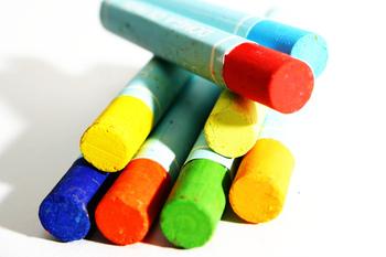 チョークは色が限られていること、擦っただけで消えてしまうなど保存性に欠けることから、現在ではオイルパステルを使ったチョークアートが主流となっています。