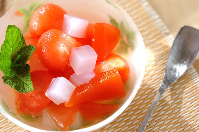 しゃきしゃきのすいかの食感とナタデココの食感、寒天のひんやり感を味わえる夏のデザート、スイカ寒天。ミントを飾って、おしゃれなデザートタイムを♪