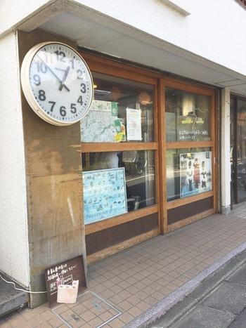 パン好きなら知らない人はいない!?雑誌などのパン特集でもたびたび登場するお店です。京王線の仙川駅から徒歩約5分ほどのところにあります。お店の前に掲げられた大きな時計が目印。オープン時間前から人気のパンを求めて並ぶ人も。