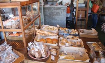 シンプルながら、一度食べるとまた食べたくなる味わいを持つパンたち。ベーグル、フォカッチャ、あんパンなどが人気です。パン以外にタルトやクッキーなど焼き菓子も。こちらも見つけたら買っておきたい商品です。