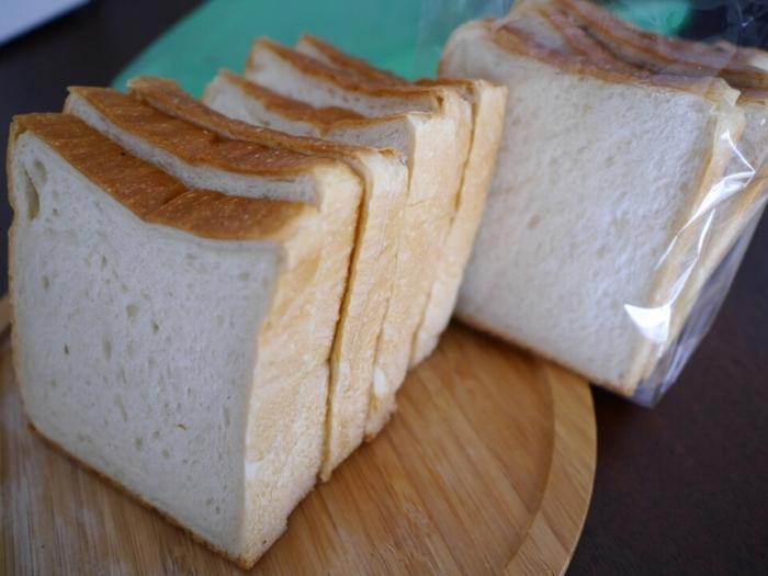 「AOSAN」の人気No.1は角食! 開店前から並ぶ人のほとんどが角食狙いとも。この角食、トーストにする必要も、ジャムやバターをぬる必要もありません。そのままが一番おいしいんです。