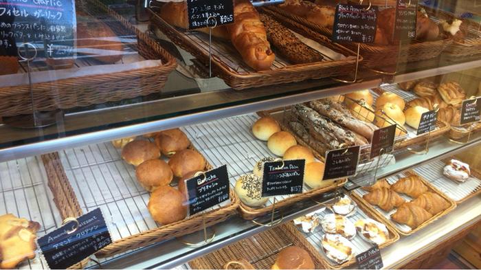3人も入れば満員になってしまうような小さな店内。ショーケースに並ぶパンをお店の方にとっていただく形式です。どれも小ぶりサイズなので、あれもこれもと買ってしまいそう。定番の食パンやバゲットなどもあります。
