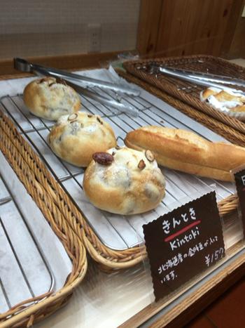 金時豆が入ったパンやメロンパン、あんパンなど日本人にもなじみやすいパンも取りそろえられています。地元の方が何度も訪れるのも納得の温かい雰囲気あふれるお店です。