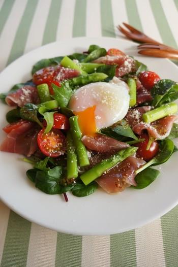 温泉卵と粉チーズでコクが加わったサラダ。旬のアスパラのおいしさをしっかり味わえる一品です。