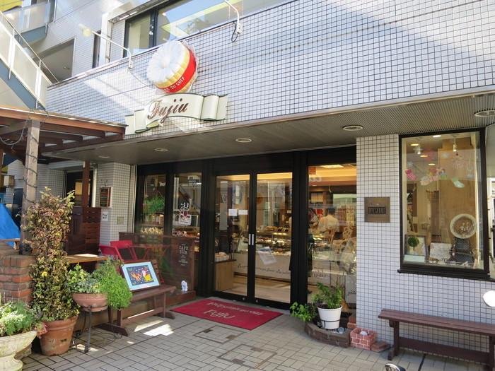 京王線高幡不動駅から徒歩約1分。地元で人気のパティスリーですが、パンもおいしいお店なんです。