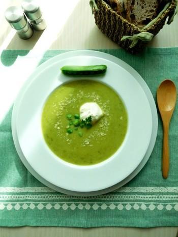 グリンピースをたっぷり使った濃厚なスープ。旬のグリンピースの甘味を存分に味わえます。