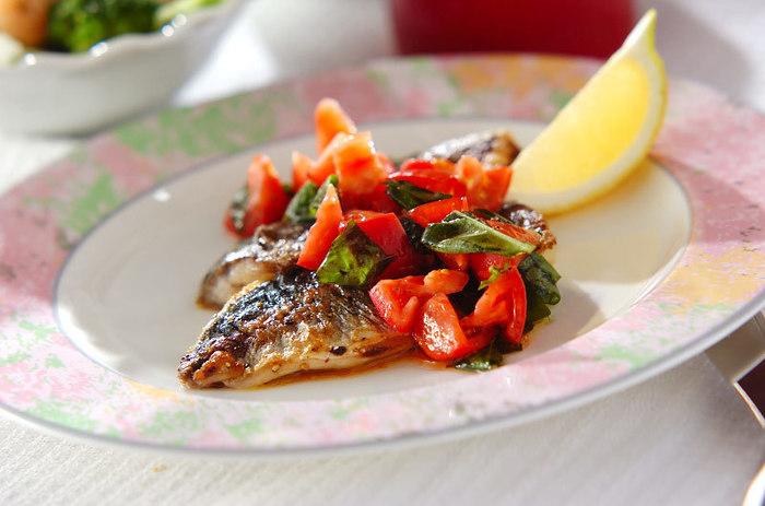 アジとの相性がバッチリの、フルーツトマトのソースをかけたムニエル。簡単に作れるのに、彩りがきれいで華やかなのも◎