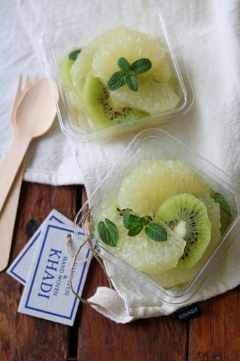 旬のグレープフルーツと一緒にハチミツでマリネ。酸味が抑えられて食べやすくなります。ハチミツに浸けておくだけの簡単レシピ。