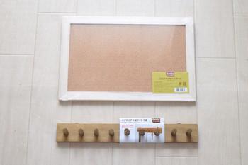 <材料> ・コルクボード ・木製フック ・黒板シート ・水性ニス(メープル、ウォルナット) 使っているのはすべてセリアの商品です!  まず、コルクボードの枠に2種類の水性ニスを塗ります。
