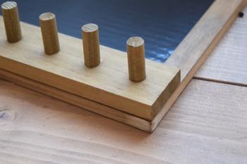 木製フックについている金具を外してから、コルクボードにボンドで貼りつけます。安全に使うために裏からビスで固定しましょう。