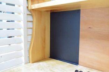 この机を見ていたら「どうしても黒板にしたい!」と思い、黒板シートを机に貼ったんだそう。