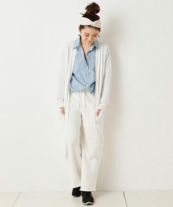 プレーンなホワイトコーデに、ビックサイズのデニムシャツがメインになったスタイル。足元はブラックスニーカーで重みをプラスして。