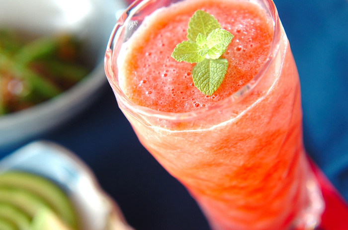 すいかだけで作る、ひんやりスムージー☆冷凍したすいかを使って作れるのでとっても簡単! 自然の甘みを楽しめ、ゴクゴク飲めちゃいます。
