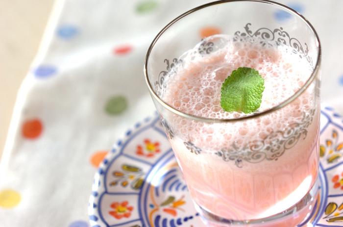 すいかと豆乳をミキサーにかけるだけのスイカミルク。淡いピンク色がかわいい!豆乳の代わりに牛乳でもできます。まろやかな味わいで、お風呂あがりにもおすすめ。