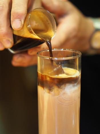 コーヒーを注いでいきます。 氷が顔を出している場合は、ミルクの表面でなく氷を狙って優しく注ぎましょう。