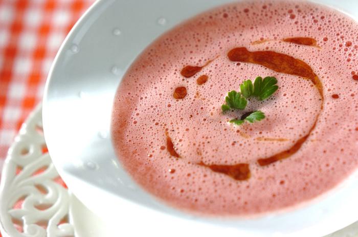 すいかが、冷たい濃厚なスープのスペイン料理のガスパチョに大変身!程よい食感に、イタリアンパセリやオリーブオイルが効いて風味豊かな仕上がりです。