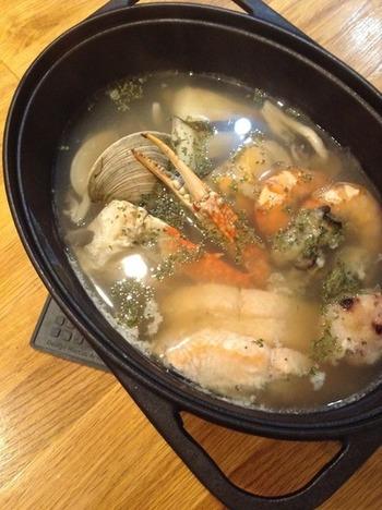 魚介類とコンソメ・水をダッチオーブンに入れて、加熱するだけの超楽ちんメニューです。魚介の旨味が出たスープは格別!